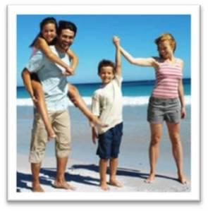 Estereotipo de familia compartiendo juntos al aire libre.