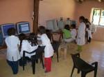 Escuelas rurales con computadoras [http://mediosfera.files.wordpress.com/2010/04/computadoras.jpg]